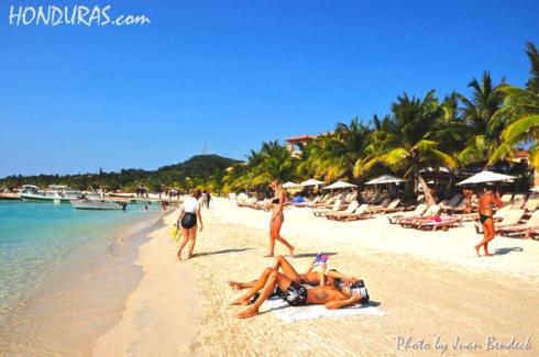 West-Bay-Roatan-Honduras-Tourist-at-Beach-Touristas-en-la-Playa